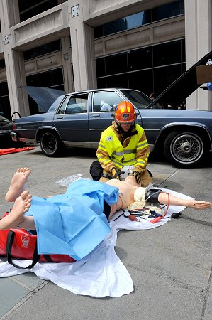 A competitor treats one of the victims of the scenario, a manequin which can simulate a heartbeat and breathing.